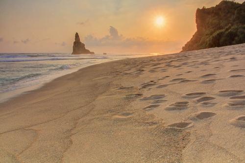 Pantainya sepi, tidak ada orang jualan. Tidak ada tiket masuk. Terletak diantara Pantai Klayar dan Pantai Nampu, Tidak ada sinyal jaringan seluler.