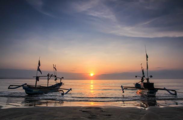 Matahari terbit dari Pantai Ujung Genteng