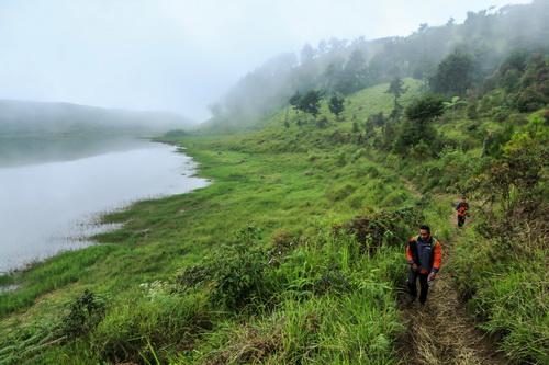 Jalur treking menuju Bukit Cemeti