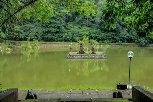 Kolam ikan besar di samping Pura